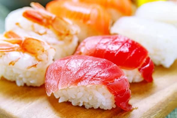 マグロを含む、寿司の盛り合わせ